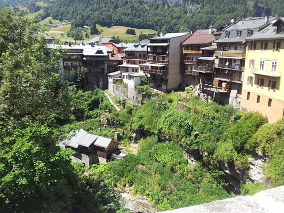 Kleines Dorf unten am Pass